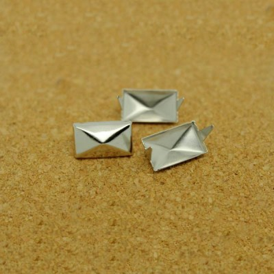 D101 Pyramid Iron/Brass Studs 9x15mm 1000pcs/bag